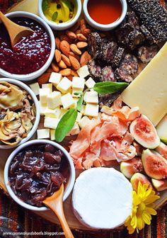 Tábua de queijos, frios e outras delícias para comemorar uma data especial