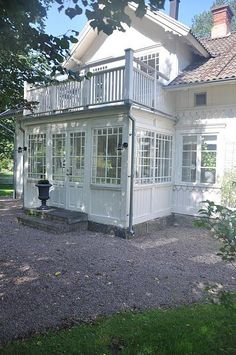 glass veranda or sunroom Red Cottage, Cottage Style, Style At Home, Swedish House, Swedish Style, House Extensions, Scandinavian Home, Porches, Home Fashion