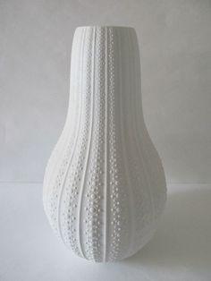 Große OP ART Vase-HEINRICH-MIDCENTURY-Biskuitporzellan | eBay Vintage Vases, Vintage Pottery, Wedding Vase Centerpieces, Clay Vase, White Vases, Vases Decor, Classic White, Style Icons, Mid-century Modern