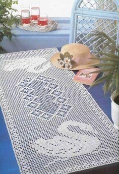 crochelinhasagulhas: Caminho de mesa em crochê com cisnes