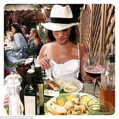 Check out Meghan Markle diet and exercise routine. Meghan Markle weight loss and diet tips are very effective which explains her perfect figure. Her Workout Routine though strenuous is also very effective. Prince Harry Et Meghan, Princess Meghan, Harry And Meghan, Prince Henry, Prince William, Meghan Markle Weight, Delete Instagram, Instagram Posts, Meghan Markle Stil
