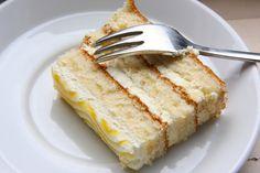 Hoy les presento un clásico que todo el mundo debería saber preparar: una torta de vainilla. Es una verdadera delicia que podemos rellenar con dulce de leche, mousse o mermelada. Por &