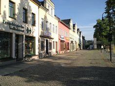 Häuser- und Geschäftszeile am Neumarkt in #Auerbach #Vogtland River, City