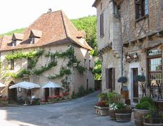 Watch: Saint-Cirq-Lapopie - the beautiful medieval town of Midi-Pyrénées, the River Lot, France http://destinations-for-travelers.blogspot.com.br/2014/10/saint-cirq-lapopie-midi-pyrenees-france.html