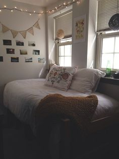 Make your dorm room look stylish and organized for less with these cheap & easy DIY projects. You can give your dorm room ideas a creative and personal touch with the dorm room decorating inspiration for guys or woman. Cool Dorm Rooms, College Dorm Rooms, College Apartments, Dream Rooms, Dream Bedroom, My New Room, House Rooms, Apartment Living, Girl Room