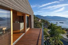 Lakeside Swiss es una casa contemporánea con un aspecto natural.
