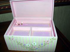 Interior da caixa para bijuterias de crianças