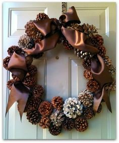 Perhaps I should try this this year for our front door, or the piano window??.... it's beautiful. I might switch the ribbon colour though since our door is brown.