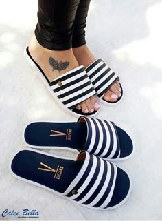 Gabi Luthai nos mostrou como usar metalizado de dia! A cantora escolheu um look all jeans com mocassins prateados que fizeram toda a diferença! Trendy Sandals, Cute Sandals, Cute Shoes, Me Too Shoes, Shoes Sandals, Sneakers Fashion, Fashion Shoes, Slipper Sandals, Dream Shoes