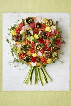 Kasvisvoileipäkakun mehevä täyte syntyy paahdetuista, marinoiduista vihanneksista ja fetajuustosta. Maukasta paprika-mantelitahnaa levitetään kakun sisälle kahteen kerrokseen sekä kuorrutteeksi.