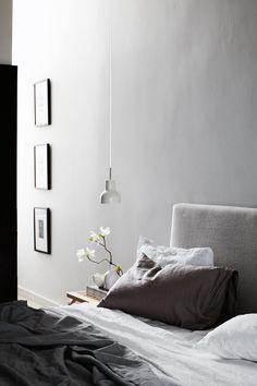 Room : la disposition verticale des cadres point culminant à hauteur de la porte comme la petite suspension basse éclairage tamisée version lampe de chevet...l'ensemble judicieux, épuré et chaleureux!