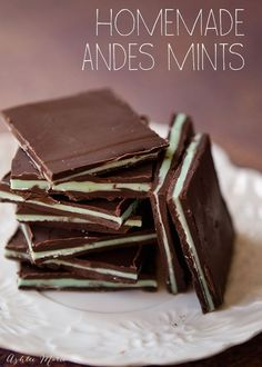 these homemade andes mints are so easy to make and delicious(Chocolate Bars Homemade) Mint Recipes, Sweet Recipes, Real Food Recipes, Dessert Recipes, Mint Desserts, Delicious Desserts, Plated Desserts, Menta Chocolate, Chocolate Fudge
