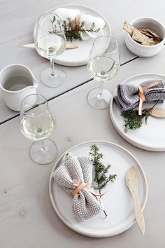 such a great way to style a Christmas table. Minimalist scandi