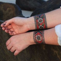 A cuff tattoo, is that something new? I can hear you thinking, but a cuff tattoo actually means no more than a sleeve tattoo. Body Art Tattoos, New Tattoos, Sleeve Tattoos, Cool Tattoos, Hand Tattoos, Tatoos, Tattoos Mandala, Tattoos Geometric, Tribal Tattoos