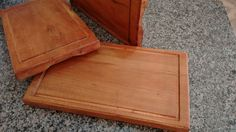 Tábua especial para churrasco produzida em prancha de madeira maciça.    Obs.: Por se tratar de um produto feito com madeira natural não industrializada, o produto pode sofrer variações de tonalidade da madeira.