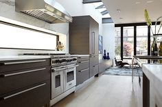 #Chicago. Conceived with a spine of steel, this urban #residence offers open spaces and lots of light. #Design #architect Miller Hull Partnership - Project architect Osterhaus McCarthy – Developer Ranquist Development - ]#Interiordesign Kara Mann – #Kitchen project Arclinea@WPA Chicago. #arclinea #wood #woodhouse