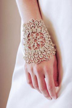 #Brazalete de #ganchillo original idial para el día de tu #boda