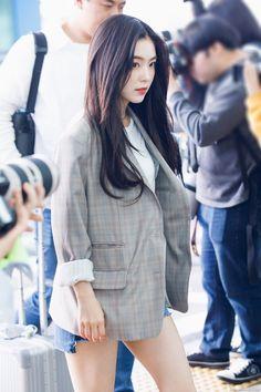 Times Red Velvet's Irene Radiated Millionaire CEO Energy At The Airport Seulgi, South Korean Girls, Korean Girl Groups, Airport Fashion Kpop, Rapper, Red Velvet Irene, Thing 1, Kpop Outfits, Blazer Outfits