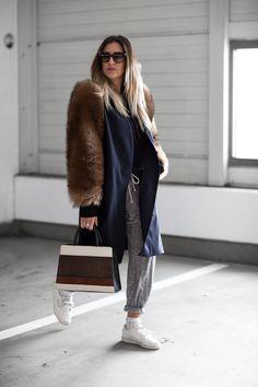 Sandra Ebert von black palms trägt einen furry Mantel mit Fell Ärmeln. Socken und Sneaker. Aigner Cybill