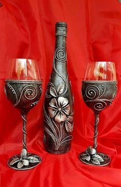 me ~ Painel de comentários Diy Wine Glasses, Decorated Wine Glasses, Hand Painted Wine Glasses, Glass Bottle Crafts, Wine Bottle Art, Diy Bottle, Pottery Painting Designs, Altered Bottles, Bottle Painting