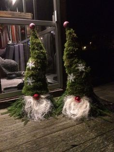 Cheap and easy DIY Christmas yard decorations: Scandinavian gnomes! Woodland Christmas, Primitive Christmas, Christmas Art, Christmas Projects, Simple Christmas, Christmas Gnome, Christmas Holidays, Christmas Wreaths, Christmas Trends