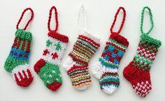Ristiin rastiin: Mini-joulusukkia, video-ohje. Sukkapuikoilla tehtyjä n. 9 cm korkuisia kirjoneulesukkia joulukoristeiksi.