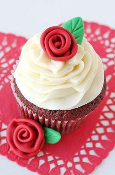 Fondant Rosen basteln für wunderschöne Dessert-Deko
