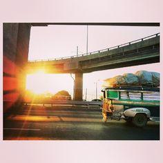 #jeepney and #sunrise #morning#rising#sun#sky#clouds#roadtrip#drive#philippines#ジープ二ー と#朝日#太陽#空#雲#朝焼け#フィリピン#ドライブ