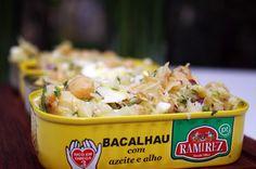 Bacalhau (dorsz portugalski) z ciecierzycą, jajkiem na twardo, cebulą i natką kolendry.   Portuguese cod with chickpeas, hard boiled egg, chopped onion and cilantro