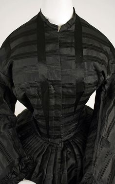 1850 ... Mourning dress ... American ... silk  ... PLEATED SKIRT, not gauged ... at The Metropolitan Museum of Art ... photo 2