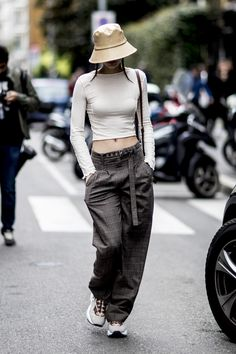 Attendees at Milan Fashion Week Spring 2020 - Street Fashion Tokyo Street Fashion, Tokyo Street Style, Korean Street Fashion, Japan Fashion, Fashion 2020, India Fashion, Korea Fashion, Style Fashion, Fashion Outfits