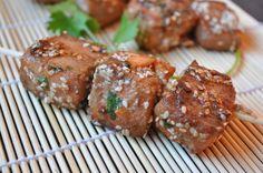 Aujourd'hui je vous propose une recette simple mais savoureuse. Des cubes de saumon marinés dans une sauce mélant sauce soja, coriandre, gingembre et miel pour adoucir le côté salé de la sauce soja. Des graines de sésame apportent le petit côté croustillant....