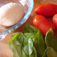 Salada de queijo mozzarella, tomate e manjericão
