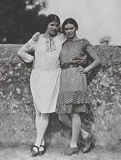 Tina Modotti (photographer most famous for her pictures of Frida Kahlo) and her subject, Frida Diego Rivera, Frida E Diego, Frida Art, Tina Modotti, Alphonse Mucha, Louise Bourgeois, Elsa Beskow, Edward Weston, Mexican Artists