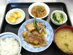 10月28日。魚と厚揚げのおろし煮、麻婆春雨、たたき胡瓜、キャベツと揚げの味噌汁、柿です!589カロリー、たんぱく質26g、塩分3.1gでした♪