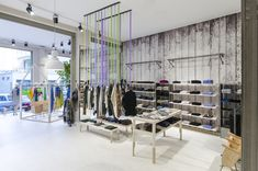 Потрясающий интерьер в магазине модной одежды в Бергамо