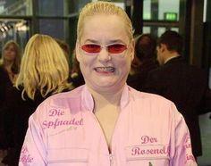 Entertainerin Hella von Sinnen lebt seit langem offen lesbisch. Ihr öffentliches Coming Out war beim Berliner Presseball 1990. Sie lebt mit Cornelia Scheel, der Tochter des Ex-Bundespräsidenten in Köln zusammen und engagiert sich im Kampf gegen die Diskriminierung von Schwulen und Lesben.
