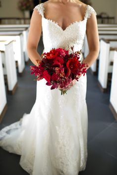 Shades of red in a full bouquet for the bride.