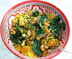 Stir-fried spinach with apricot yellow rice and chickpeas Fried Spinach, Yellow Rice, Pasta Salad, Cantaloupe, Broccoli, Fruit, Vegetables, Ethnic Recipes, Chickpeas
