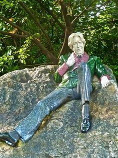 Oscar Wilde, Dublin Ireland Memory Tree, Oscar Wilde, Dublin Ireland, Statues, Garden Sculpture, Angels, Outdoor, Authors, Literatura