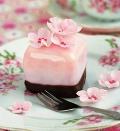 벚꽃 사각 케이크 디저트