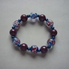 Bracelet élastique de perles rondes bleu violet et fleurs roses