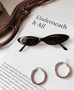 See more ideas about Light and shadow, Rose gold aesthetic and Flatlay styling. Gold Aesthetic, Classy Aesthetic, Aesthetic Photo, Brasilianischer Bikini, Lunette Style, Paris Mode, Accesorios Casual, Jewelry Photography, Jewelry Accessories