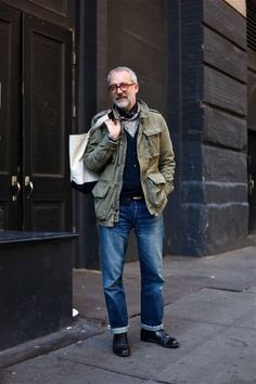 How to Wear a Military Jacket For Men looks & outfits) Style Casual, Men Casual, Look Fashion, Winter Fashion, Mature Mens Fashion, Street Style Vintage, Olive Jacket, Hipster Grunge, Looks Style