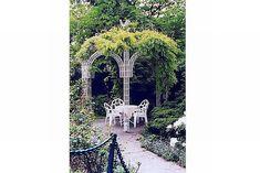 Piękna altanka... do tego jeszcze metalowe białe krzesła i stoliczek ze szklanym blatem, okrągły...