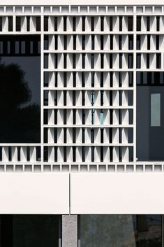 the lopez-rivera casa celosia on spain's cataluña coastline, has a facade of delicate ceramic latticework which floods the interior with filtered sunlight. Building Skin, Building Facade, Building Exterior, Concrete Facade, Exterior Cladding, Stucco Exterior, Craftsman Exterior, Exterior Colors, Exterior Paint