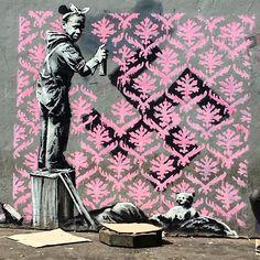Depuis la journée mondiale des réfugiés, le 20 juin, des pochoirs apparus dans les rues de la capitale semblent être l'œuvre du street artiste britannique.