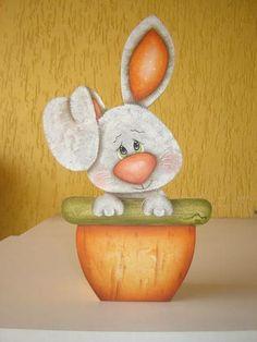Coelhinho cachepo pintado ao estilo country. Além de presentear com bombons, depois o cachepo pode ser usado como porta lápis ou mini floreira. R$ 48,00