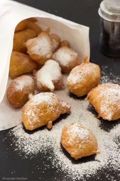 Smoutebollen of oliebollen zoals op de kermis. Köstliche Desserts, Delicious Desserts, Dessert Recipes, Yummy Food, Dutch Recipes, Sweet Recipes, Baking Recipes, Churros, Belgium Food