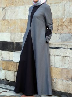 In dual color abaya you can add your favorite color. Fit and flare form abaya are in great style tha Hijab Abaya, Hijab Dress, Hijab Outfit, Maxi Dresses, Islamic Fashion, Muslim Fashion, Modest Fashion, Modest Wear, Modest Outfits